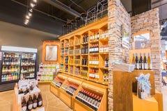Wielki, ładny zbliżenie widok różnorodny wino na drewnianym szelfowym ` s wśrodku wino sklepu w Toronto puszka miasteczka terenie Obrazy Royalty Free