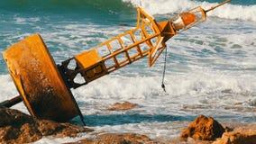 Wielki żółty boja na brzeg błękitny morze zbiory wideo