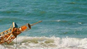 Wielki żółty boja na brzeg błękitny morze zdjęcie wideo