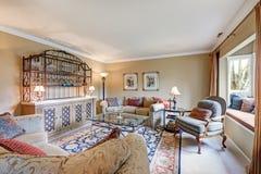 Wielki żywy izbowy wnętrze szczyci się rocznika mokrego baru Zdjęcie Royalty Free