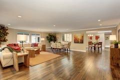 Wielki żywy pokój z białej skóry kanapami Obrazy Stock