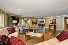 Wielki żywy pokój z białej skóry kanapami Zdjęcie Royalty Free