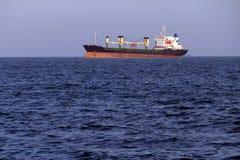 Wielki ładunku statek na wysokich morzach Obraz Stock