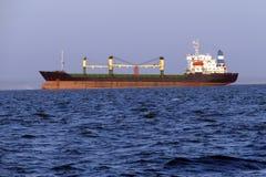 Wielki ładunku statek na wysokich morzach Zdjęcie Stock