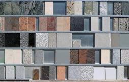 Wielki asortyment marmuru i granitu próbki na pokazie materiał budowlany robi zakupy obrazy royalty free