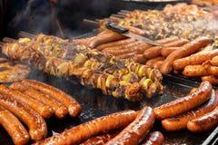 Wielki asortyment piec na grillu kiełbasy i kebabs przy Krakowskimi bożymi narodzeniami wprowadzać na rynek fotografia royalty free