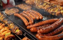 Wielki asortyment piec na grillu kiełbasy i kebabs przy Krakowskimi bożymi narodzeniami wprowadzać na rynek zdjęcia stock