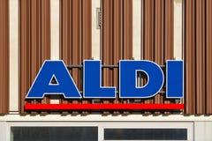 Wielki błękitny i czerwony firma logo na fasadzie Aldi sklep przy Europa schronieniem Bremen, Niemcy, Listopad - 25th, 2017 - Fotografia Stock