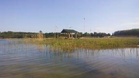 Wielki błękitny jezioro drzewo pola Gazebo na brzeg Zdjęcia Stock