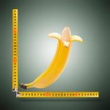 Wielki banan i pomiarowa taśma Obrazy Royalty Free