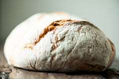 Wielki bochenek chleba zakończenie up na stole Fotografia Royalty Free