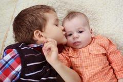 Wielki Brat całuje dziecka Zdjęcia Stock