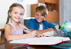 Wielki Brat pomaga mała dziewczynka Obraz Stock