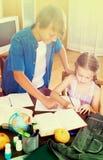 Wielki Brat pomaga mała dziewczynka Zdjęcia Stock