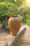 Wielki Ceramiczny Terakotowy garnek w parku Ogród Botaniczny Ta fotografia stock