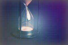 Wielki czarny hourglass przeciw czarnemu tłu Fotografia Stock