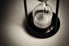 Wielki czarny hourglass przeciw czerwonemu tłu fotografia stock