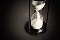 Wielki czarny hourglass przeciw czerwonemu tłu zdjęcie royalty free