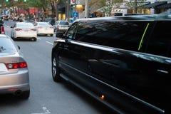 Wielki czarny limuzyna samochód na ulicie obraz stock