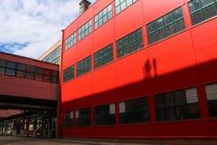 Wielki czerwień magazynu budynek z wielkimi okno dla przechować, logistyki centrum dla warunków dostawa Incoterms obrazy royalty free