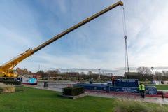 Wielki dźwigowy udźwigu wierzchołek z barki Zdjęcia Stock
