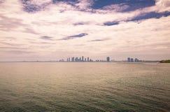 Wielki dramatyczny widok na jeziornym Ontario z pięknym mesmeryzuje nieba i miasta tłem Obrazy Stock