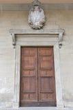 Wielki drewniany drzwi z żakietem ręki w San Marino Obrazy Royalty Free
