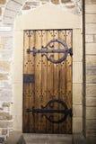 Wielki drewniany drzwi zamykał starego fortecę w kamiennej ścianie kasztel w Niemcy na Rhine rzece Fotografia Royalty Free