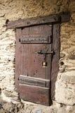 Wielki drewniany drzwi zamykał starego fortecę w kamiennej ścianie kasztel w Niemcy na Rhine rzece Obrazy Royalty Free
