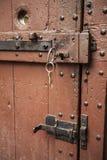 Wielki drewniany drzwi zamykał starego fortecę w kamiennej ścianie kasztel w Niemcy na Rhine rzece Obraz Royalty Free