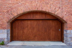 Wielki Drewniany garażu drzwi z łukiem Zdjęcia Stock