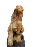 Wielki drewniany niedźwiedź z baryłką odizolowywającą na białym tle obrazy royalty free