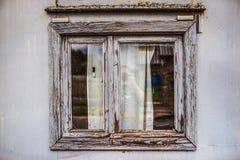 Wielki drewniany okno w starym kamienia domu Obrazy Royalty Free