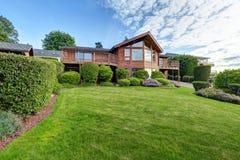 Wielki drewniany podstrzyżenie dom z przejściem i udziałami trawa Obraz Stock
