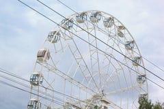 Wielki ferris koło wiruje w parku rozrywki Obrazy Royalty Free