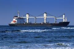 Wielki Freighter Krzyżuje ocean indyjskiego Z wybrzeża Durban, Południowa Afryka Obraz Royalty Free