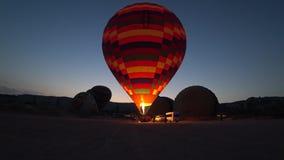 Wielki gorące powietrze balon nadyma z ogieniem przy świtem zbiory