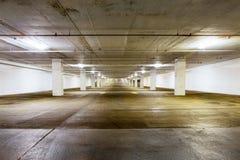 Wielki grungy pusty tajny parking teren Zdjęcia Royalty Free