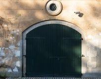 Wielki i szeroki drewniany drzwi Zdjęcie Royalty Free