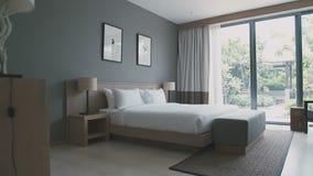 Wielki i wygodny łóżko zdjęcie wideo