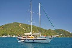 Wielki jacht z górami i niebieskim niebem Obrazy Royalty Free