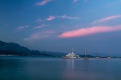 Wielki jachtu schronienie i widok żeglowanie jachty w Śródziemnomorskim w pięknym wieczór świetle, lato rejs Włochy Zdjęcie Stock