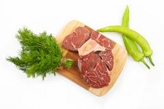 Wielki kawałek czerwoni mięsa, koperkowych i zielonych pieprze na drewnianym bo, Zdjęcia Royalty Free
