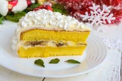 Wielki kawałek delikatny gąbka tort dekoruje lotniczą śmietankę Świąteczny deser na białym tle Świętować boże narodzenia Obraz Royalty Free