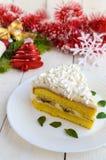 Wielki kawałek delikatny gąbka tort dekoruje lotniczą śmietankę Świąteczny deser na białym tle Fotografia Royalty Free