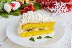 Wielki kawałek delikatny gąbka tort dekoruje lotniczą śmietankę Świąteczny deser na białym tle Zdjęcie Royalty Free