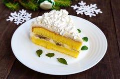 Wielki kawałek delikatny gąbka tort dekoruje lotniczą śmietankę Świąteczny deser na drewnianym tle Świętować boże narodzenia Obraz Royalty Free