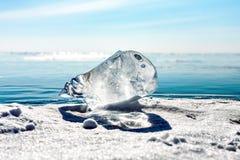 Wielki kawałek lód na Jeziornym Baikal Przejrzysty błękita lód Fotografia Stock