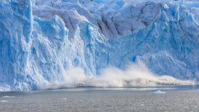 wielki kawałek lód załamuje się przy Perito Moreno lodowem Obrazy Royalty Free