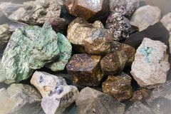 Wielki kawałek surowy malachit między innymi kamiennymi czerepami zdjęcie royalty free